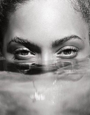 Соблазн от Бейонсе: певица снялась в сексуальной фотосессии в воде
