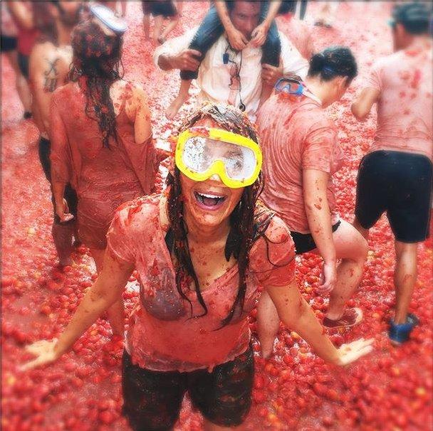 Яркая и безбашенная Блейк Лайвли веселится на фестивале томатов в Италии
