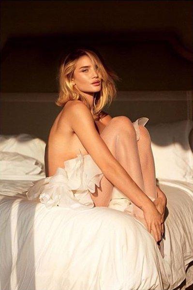 Нежный соблазн: обнаженная Роузи Хантингтон-Уайтли позирует в постели