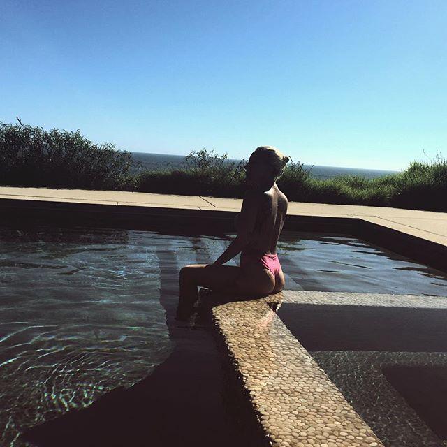 Леди Гага показала оголенные ягодицы у бассейна