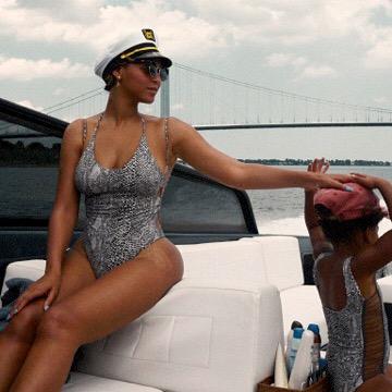 Сексуальная морячка: Бейонсе демонстрирует роскошную фигуру на яхте