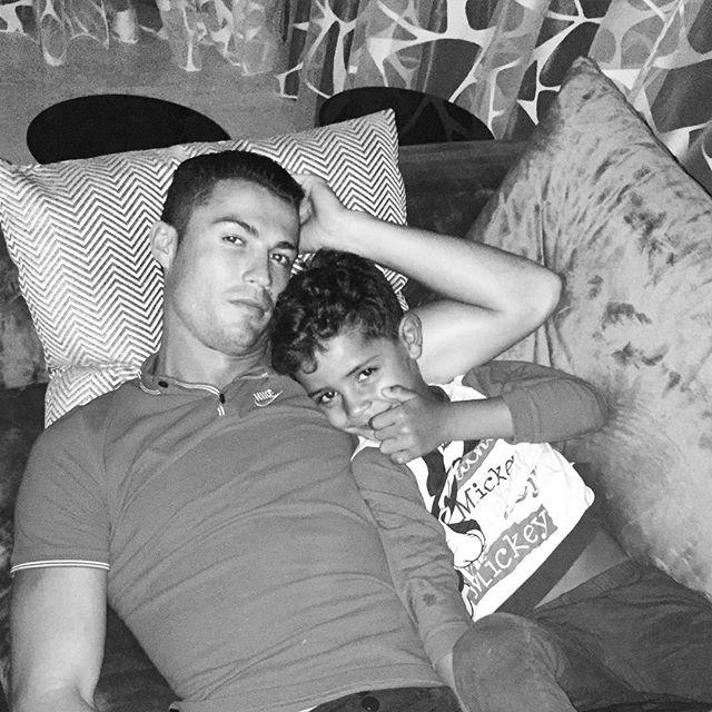 Домашний архив: Криштиану Роналду выложил в сеть личные фото с сыном
