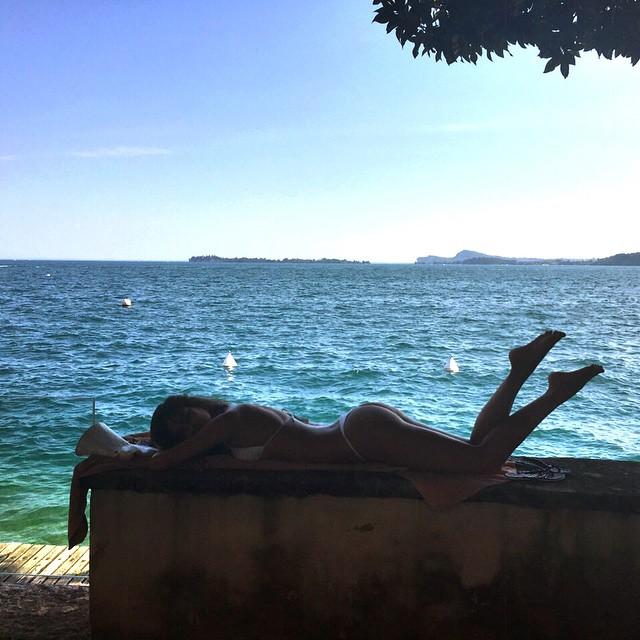 """Пляжный соблазн: Ирина Шейк демонстрирует """"горячую"""" фигуру на отдыхе с любимым"""