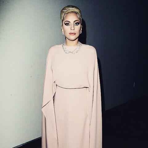 Леди Гага демонстрирует отменный стиль в элегантном наряде Valentino