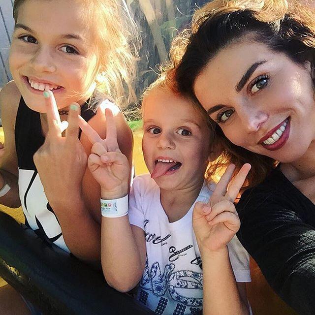 Спортивная мамочка: Анна Седокова покаталась с детьми на велосипеде