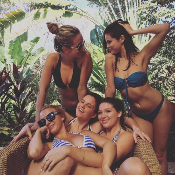 Горячие каникулы: Селена Гомес демонстрирует на пляже роскошные формы в бикини