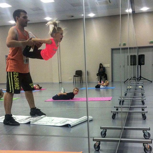 Спорт объединяет: Глюкоза показала, как занимается йогой со своим мужем