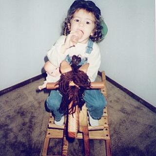 Назад в детство: Селена Гомес показала, какой была в пять лет