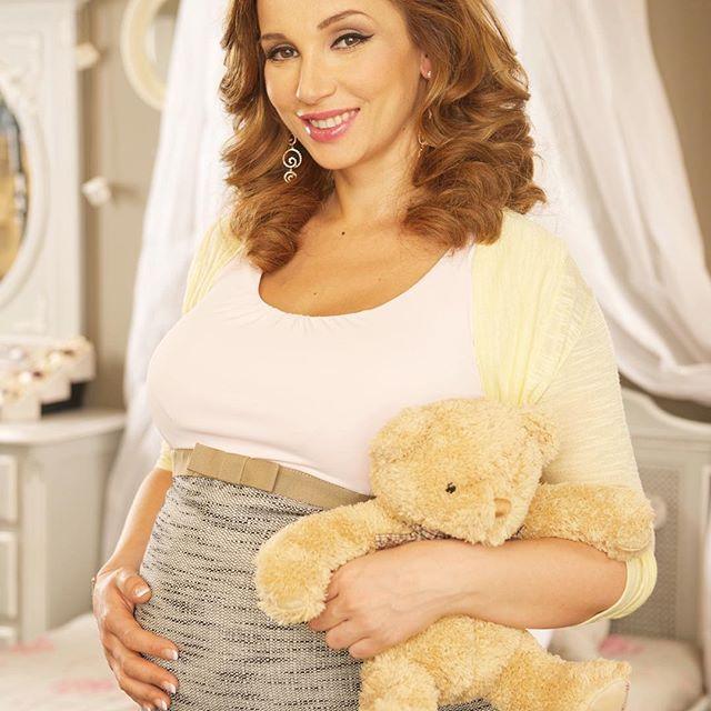 Анфиса Чехова показала беременный животик