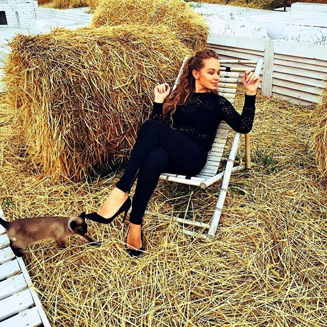Сельские пейзажи: постройневшая Яна Соломко позировала в сене