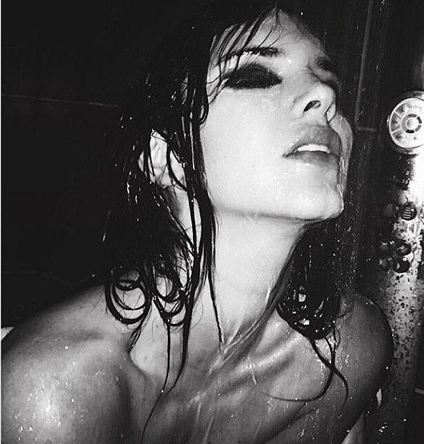 Откровенно: Кендалл Дженнер с размазанным макияжем позирует топлес