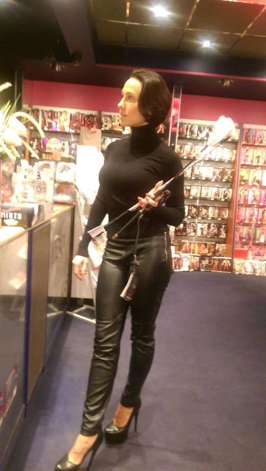Солистка группы Nikita устроила шопинг в немецком секс-шопе