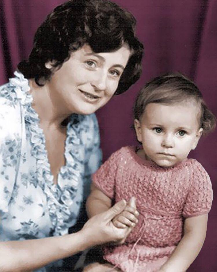 Ани Лорак показала свою детскую фотографию
