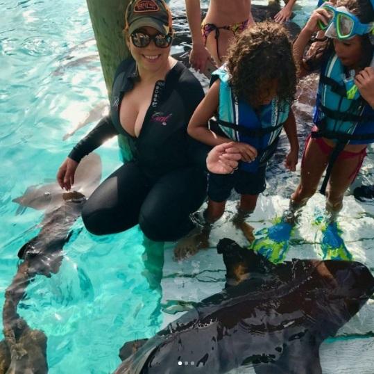 Мэрайя Кэри и ее маленькие дети поплавали с акулами