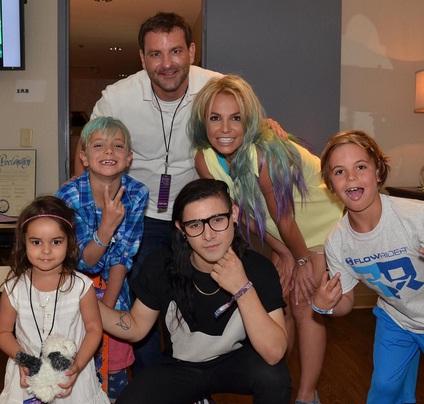 Волосы-радуга: Бритни Спирс перекрасила волосы в фиолетово-голубой цвет