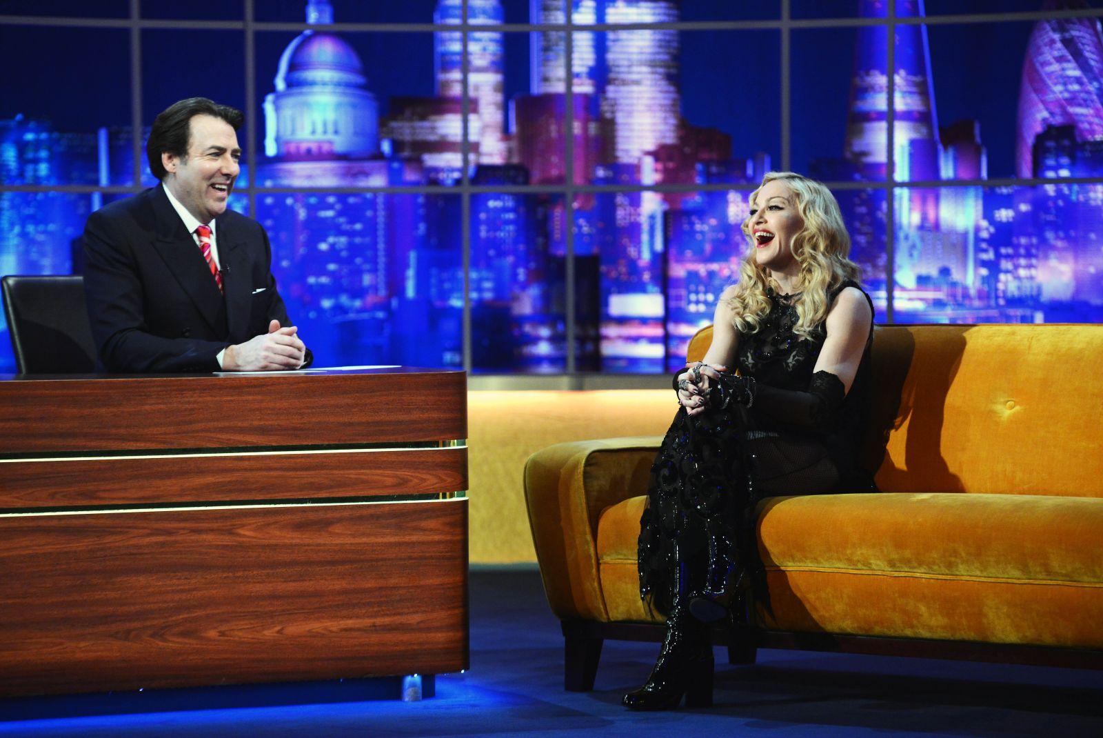 Мадонна взобралась на стол в откровенном наряде во время телешоу