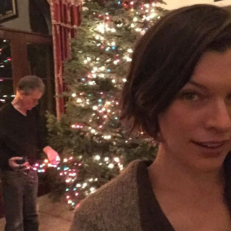 Мила Йовович поздравила фанатов с Рождеством вместе с маленькой дочерью