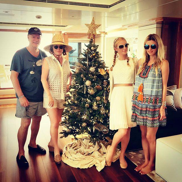 По-семейному: Пэрис Хилтон показала, как отпраздновала Рождество
