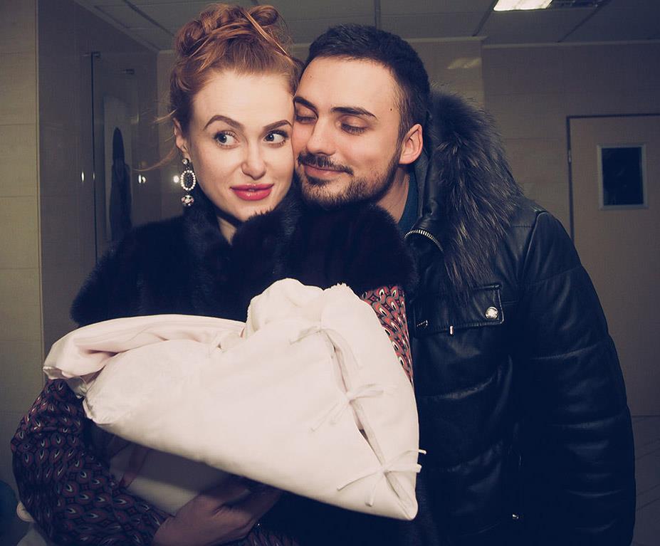 """Счастливая мама: Славу из """"Неангелов"""" выписали из роддома"""