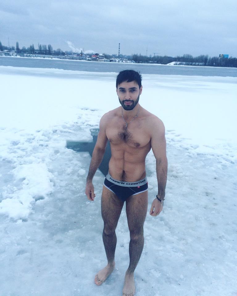 Виталий Козловский окунулся в прорубь и показал спортивную фигуру