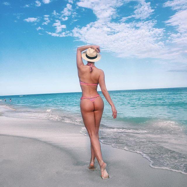 """Экс-солистка """"ВИА Гры"""" Татьяна Котова похвасталась аппетитными формами в бикини"""