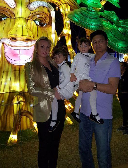 Камалия с мужем и дочками