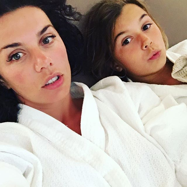 Девичник с мамой: Анна Седокова отдохнула с дочерью в спа-салоне