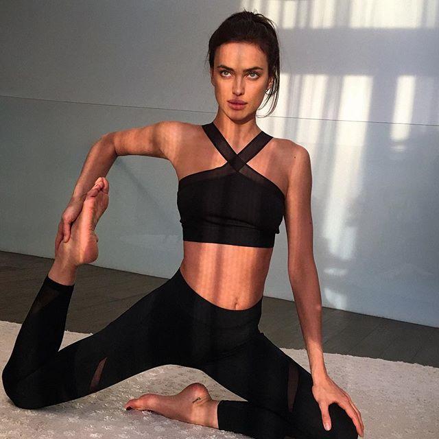 Чудеса гибкости: Ирина Шейк показала фото с тренировки