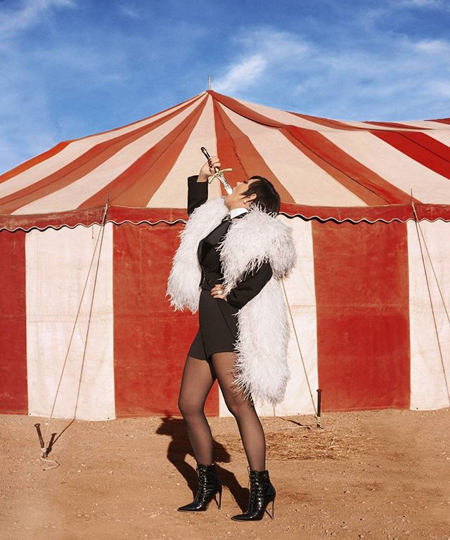 Да здравствует цирк: 60-летняя мама Ким Кардашьян снялась в необычной фотосессии для глянца