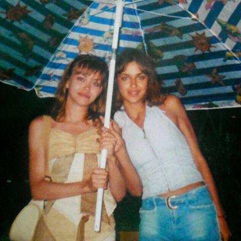 Счастливые времена: Ирина Шейк показала раритетное фото с сестрой