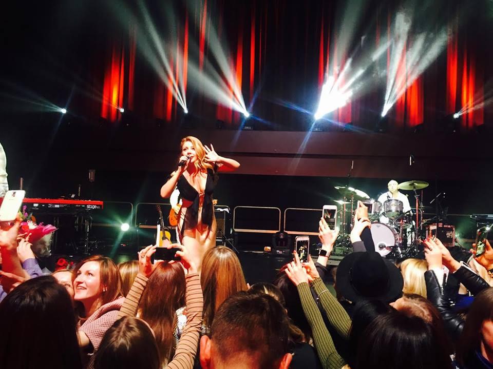 Тина Кароль в Лондоне встала на колени и спела гимн Украины