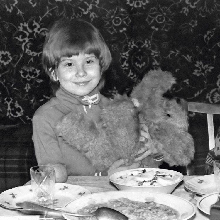 В сети появилось редкое фото Юлии Высоцкой из детства