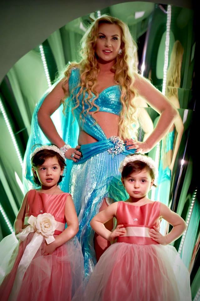 Камалия впервые вышла в свет вместе со своими 2-летними дочерьми