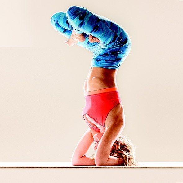Ксения Собчак продемонстрировала нереальные позы из йоги в новой фотосессии