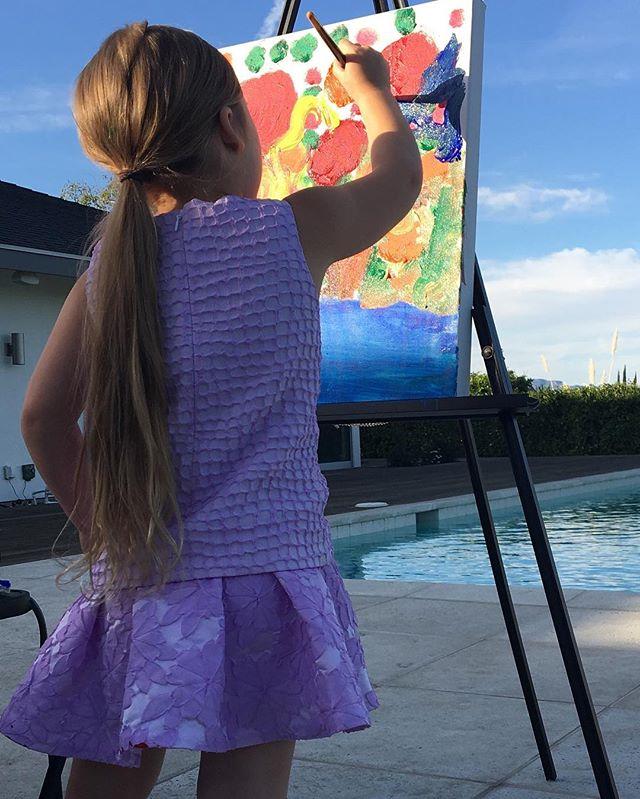 Талантлива во всем: малышка Харпер Бекхэм занялась живописью