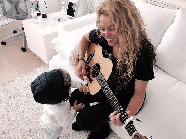 Милее некуда: Шакира играет на гитаре для сына