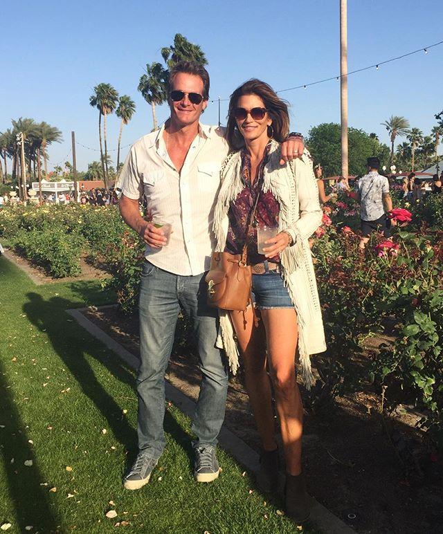 Синди Кроуфорд веселится с мужем на музыкальном фестивале
