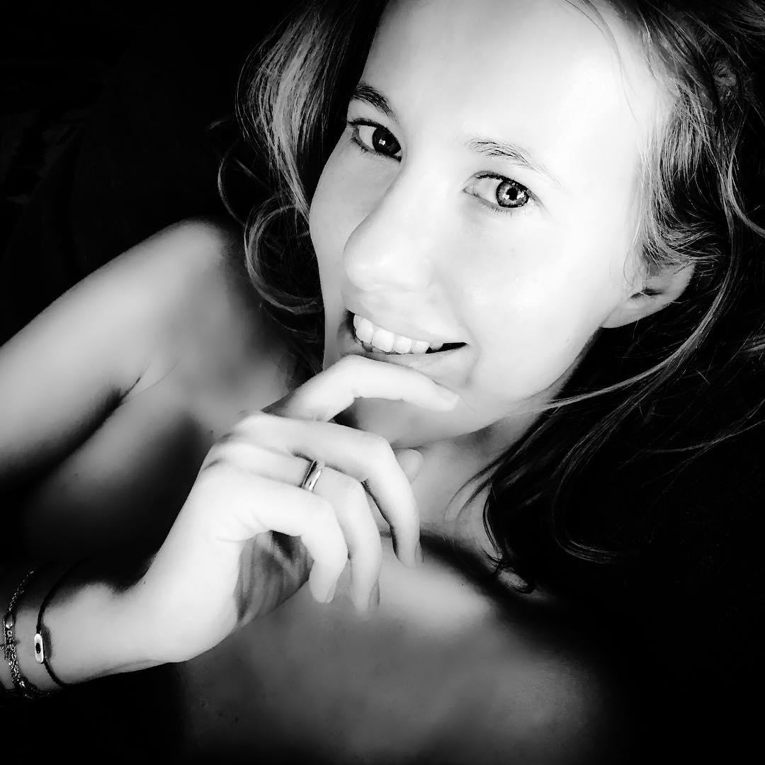 Ксения Собчак позирует без макияжа