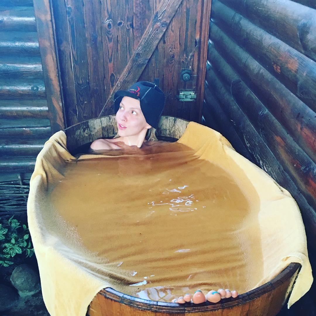 Оля Полякова полностью разделась в бане