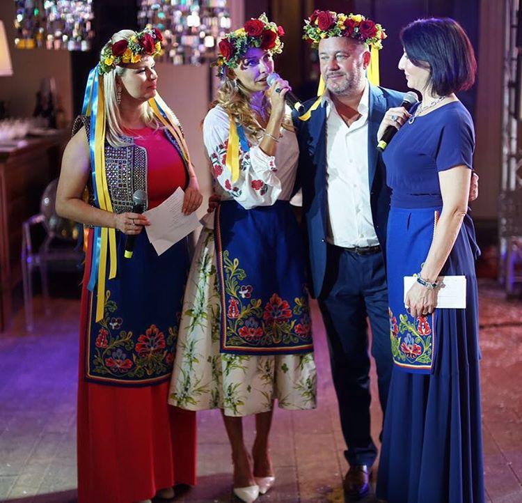 Жена пресс-секретаря Путина Татьяна Навка надела вышиванку и украинский венок