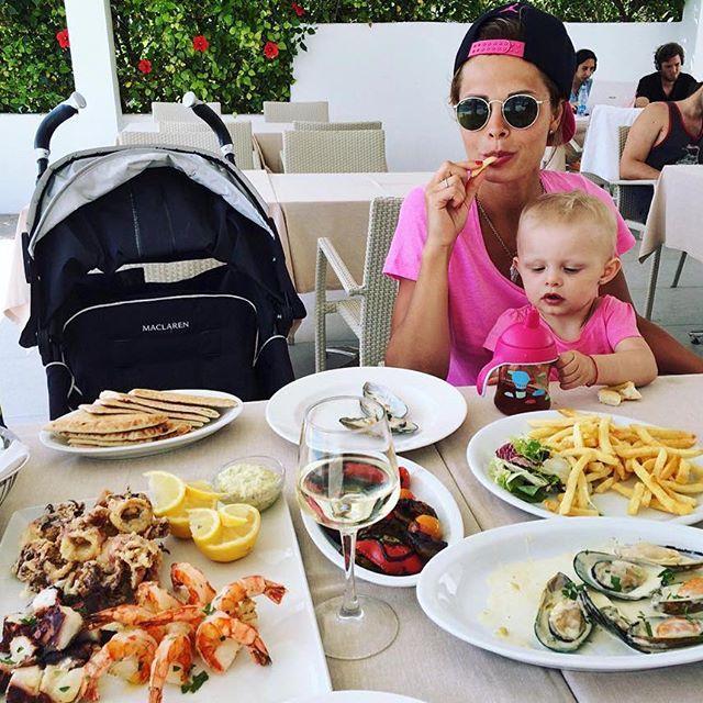 """Звезда сериала """"Кухня"""" отдыхает на Кипре с маленькой дочкой"""