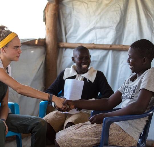 Не модой единой: Кара Делевинь с благотворительной миссией съездила в Африку
