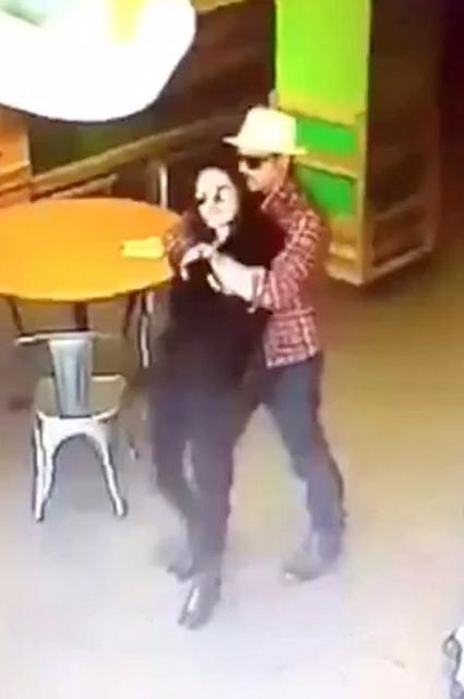 Нежные отношения: Анджелина Джоли и Брэд Питт обнимаются в супермаркете