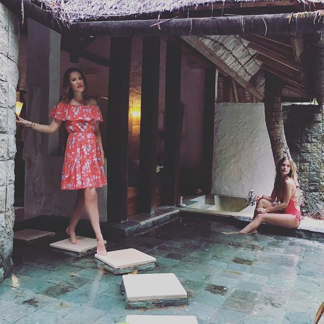 Ксения Собчак публикует жаркие снимки в купальнике