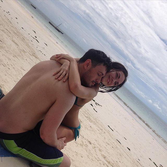 """Сексуальная Вика из """"Неангелов"""" отдыхает на Занзибаре со своим парнем"""