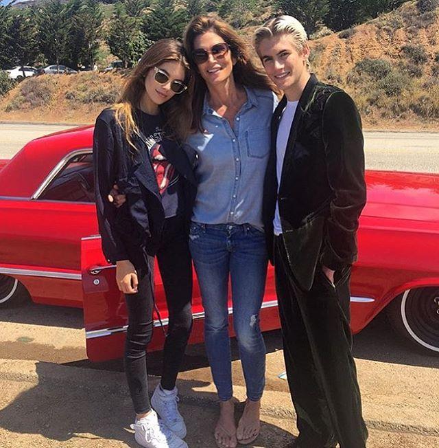 Счастливая мама: Синди Кроуфорд позирует с сыном Пресли и дочерью Кайей