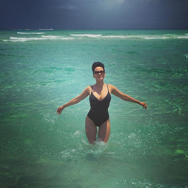 Сексуальная Даша Астафьева соблазняет роскошной фигурой в купальнике