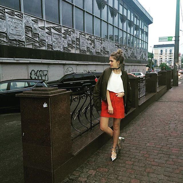 Дочь Веры Брежневой гуляет по Киеву в стильных нарядах