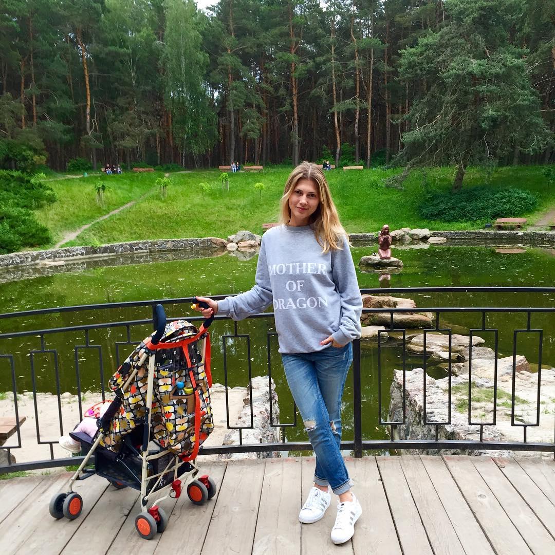 Жена Дмитрия Танковича Ольга Рыбка с дочерью