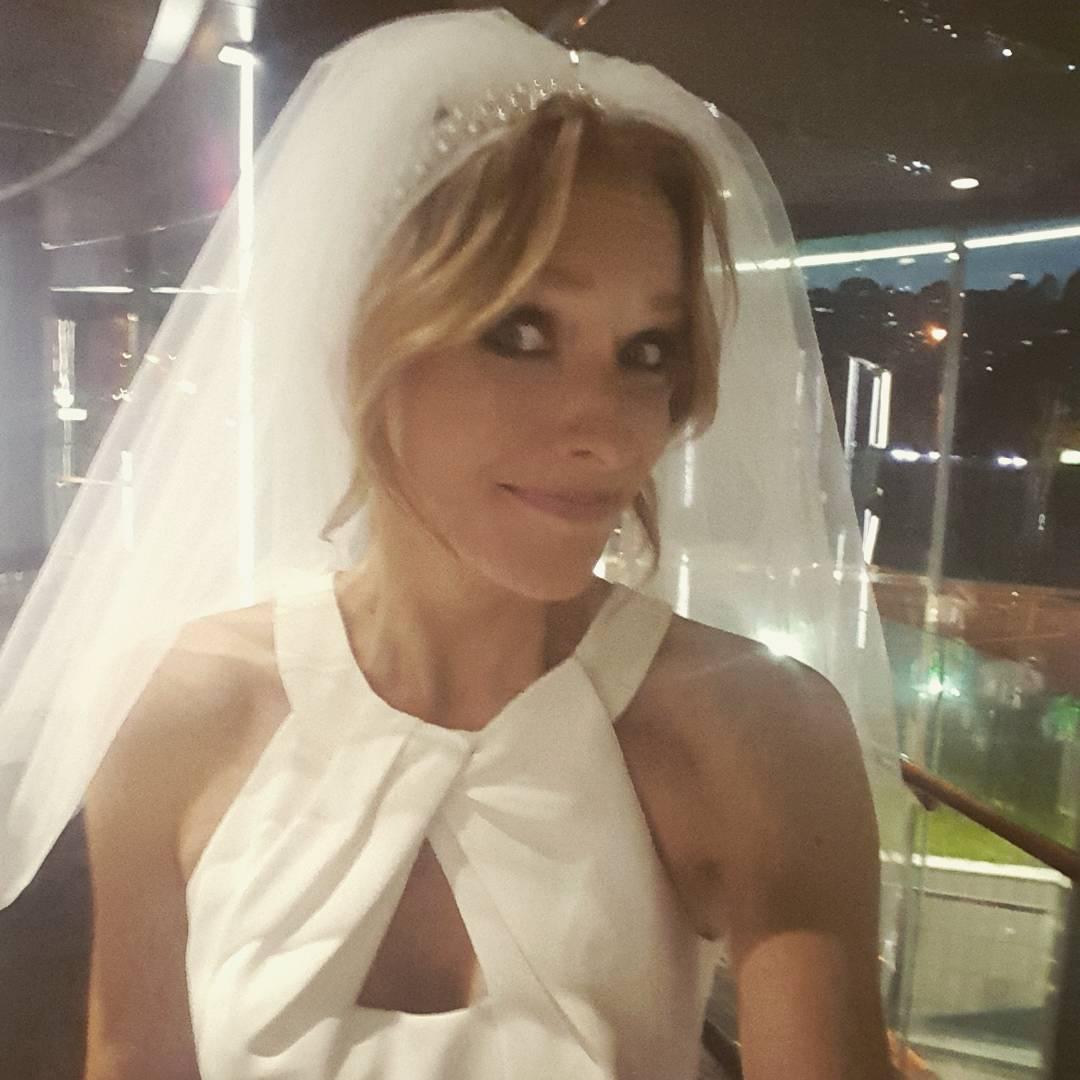 Катя Осадчая опубликовала фото в белом платье и фате